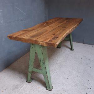 Eiken houten tafel op gietijzeren poten