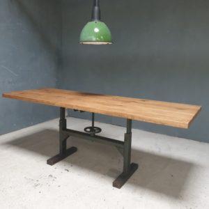 Industriele tafel met eiken blad, in hoogte verstelbaar