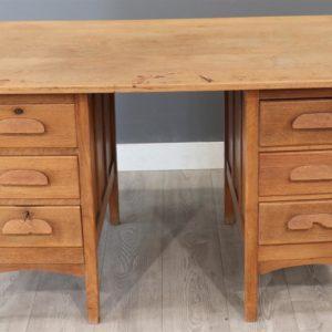 Oud houten bureau met 6 laden