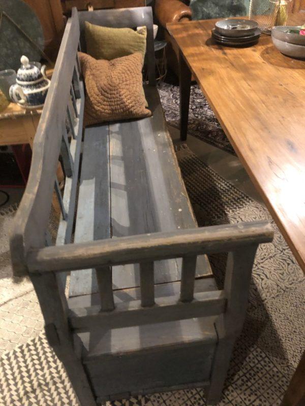 Mooie oude houten klepbank met veel opbergruimte