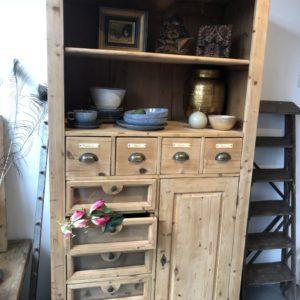 Oude houten buffet kast met laden