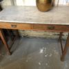Oude houten eiken side tabel met marmeren blad