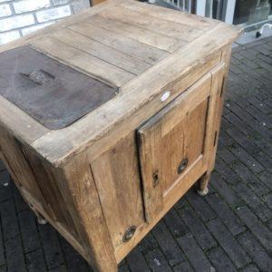 Oude houten Franse (ijs) kast