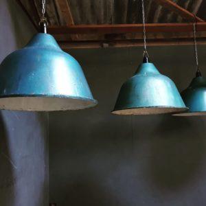 Industriele grote blauwe fabriekslampen