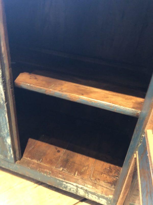 Oude blauwe houten kast met glazen deuren, afkomstig uit India