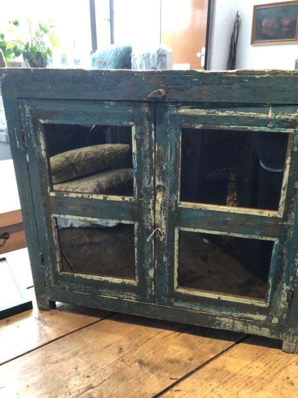 oudeblauwe houten kast met glazen deuren