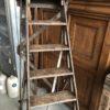 Oude houten bruine bibliotheektrap