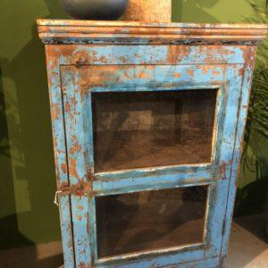 Oude houten kast met glazen deuren