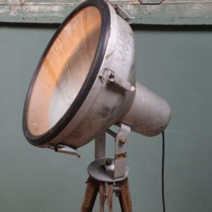 Oude industriele lamp op statief