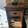 Oude houten rolluikkast met mooie oude laden
