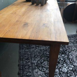 Grote oude houten lange eettafel met mooi houten blad