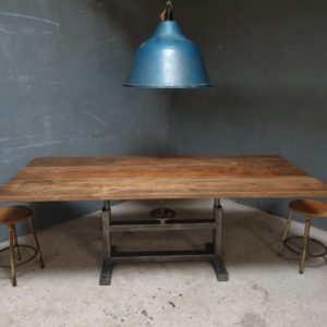 Industriele grote oude houten tafel met ijzeren onderstel