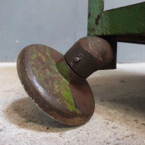 Industriell fabriksvagn med trähyllor på hjul