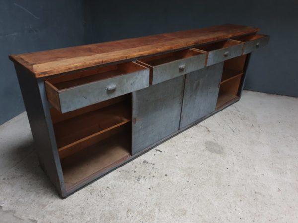 Mooie oude houten sidetable/werkbank met laden en opbergruimte