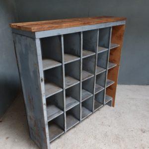 Oude houten vakkenkast
