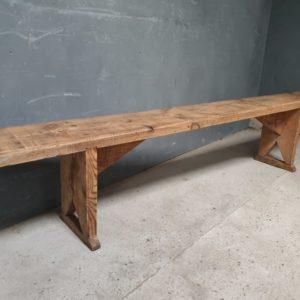 Lång tall gammal trä robust bänk