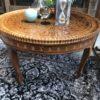 Oude ronde houten koffietafel, het hout is mooi bewerkt