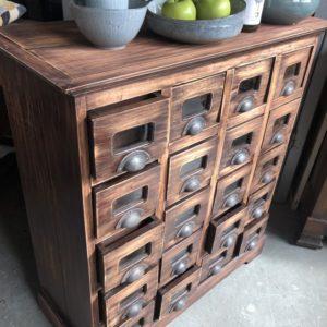 Oude houten ladenkast met 16 laden