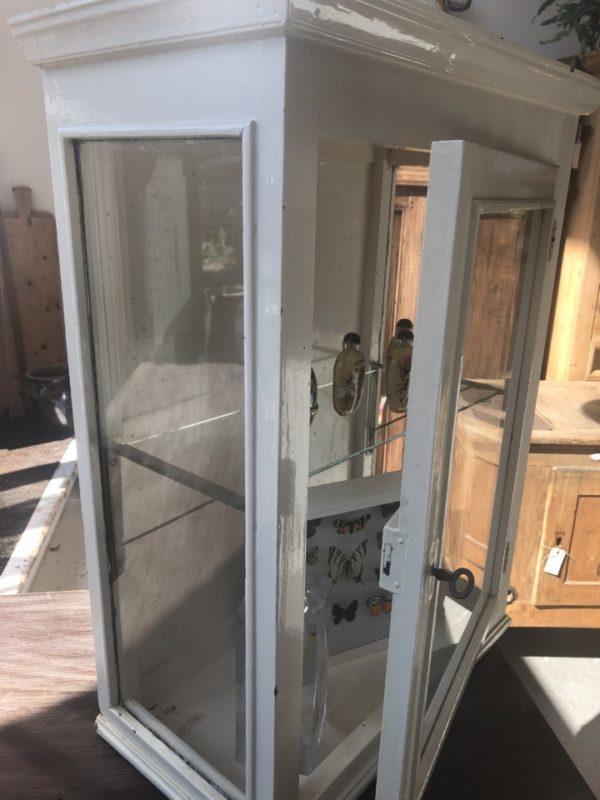 Oude witte houten glazen vitrinekast