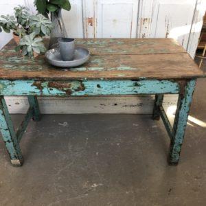 Oude houten verweerde blauwe tafel