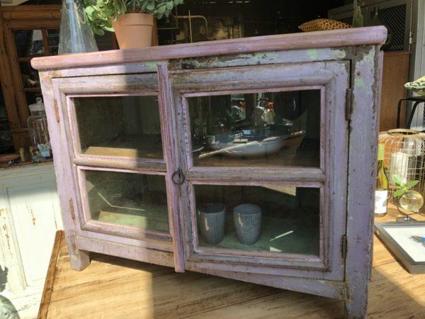 Oude houten glazen vitrine kast met 2 deuren
