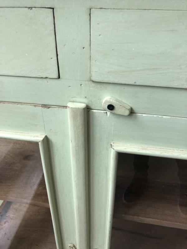 Mooie zeegroene houten vitrinekast