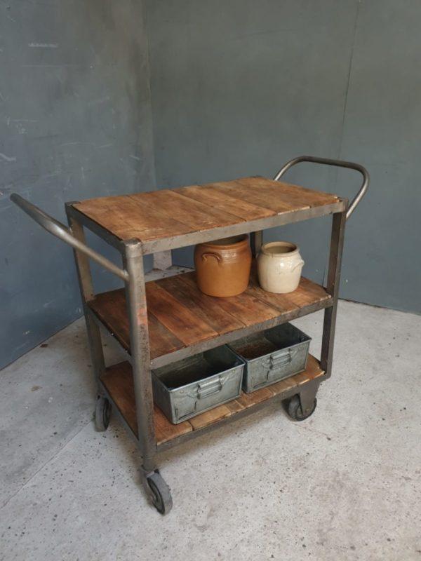 Oude Industriele trolley met houten planken op wielen