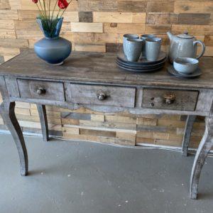 Mooie oude vergrijsde houten sidetable met 3 laden