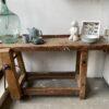 Kleine oude houten werkbank met schroef