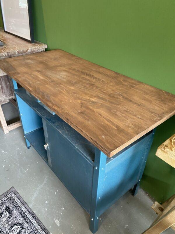 Industriële werkbank met houten blad en opbergruimte