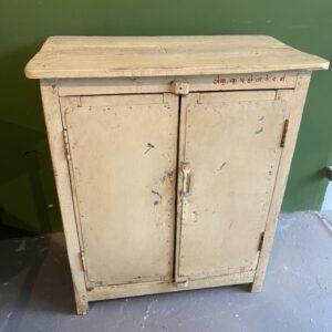 Mooi oud groot houten bureau met veel laden