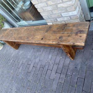 Mooie oude robuuste houten bank met mooi verbindingen