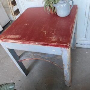 Mooie oude houten gekleurde tafel met onderplank