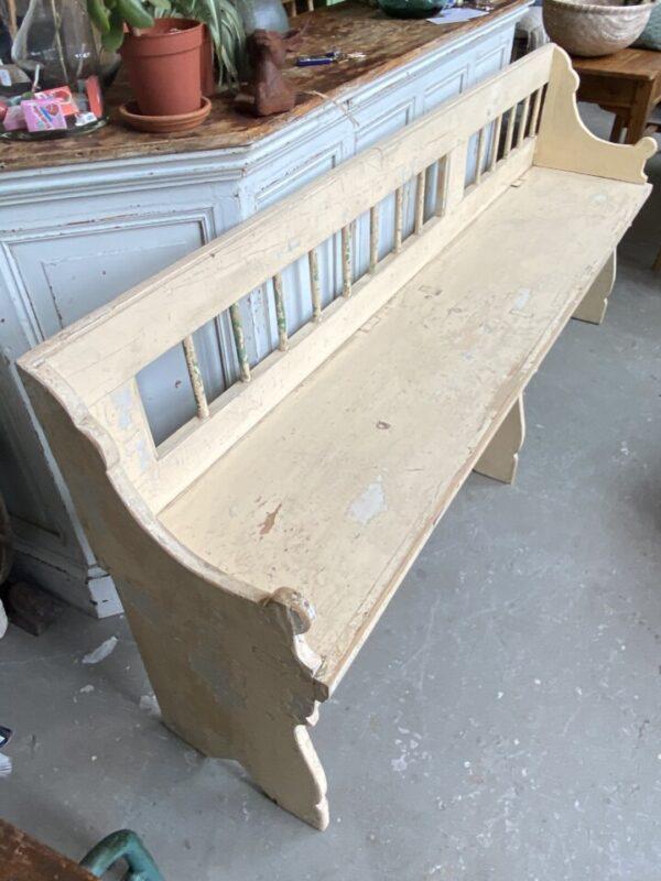 Oude houten lange bank met leuning
