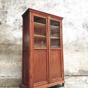 Oude houten schoolkast met deels glazen deuren