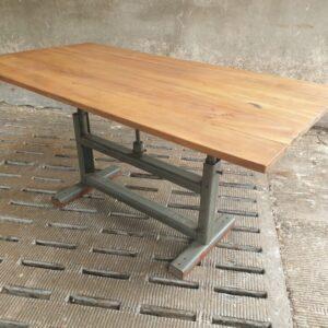 Noten houten tafel met ijzeren onderstel