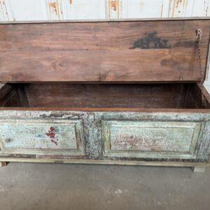 Oude lange houten groene kist met opbergruimte