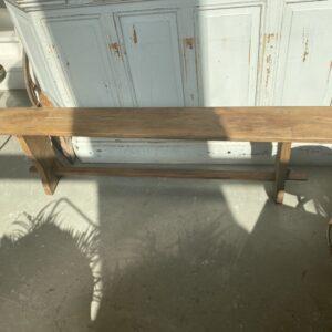 Oude houten lange bank met regelverbinding