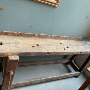 Mooie oude lange houten werkbank met schroef