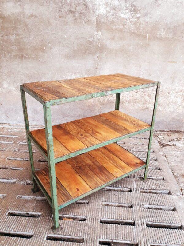 Industriële kast met oude houten planken