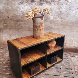 Industriële oude houten kast met veel opbergruimte