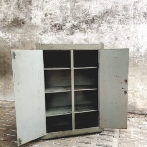 Oude Stalen fabriekskast