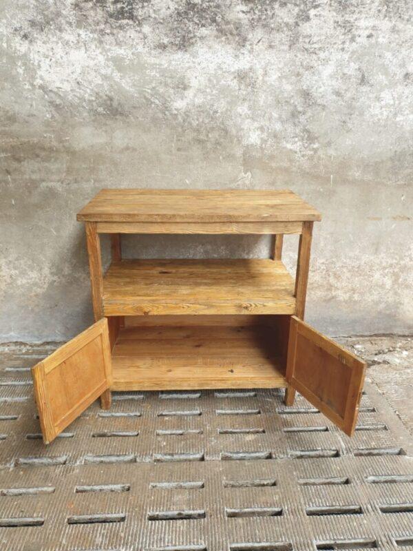 Mooie oude houten grenen kast met 2 deurtjes