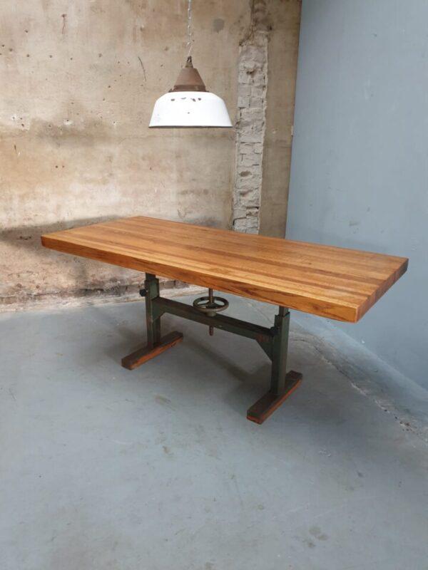 Oude eiken houten tafel met industrieel onderstel