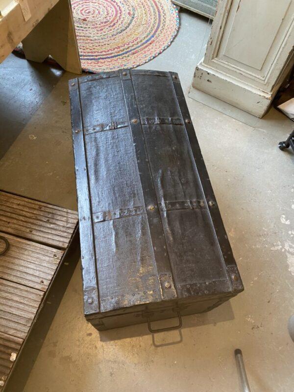 Oude zwarte houten kist