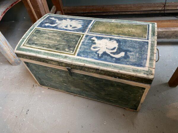 Mooie oude houten gekleurde kist