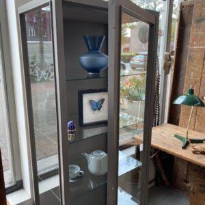 Oude houten grijze glazen vitrinekast