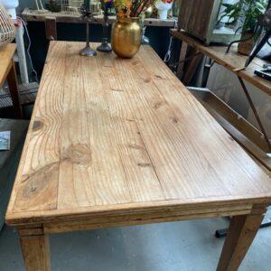 Oude houten tafel met mooi blad