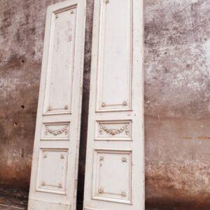 Oude hoge grenen deuren