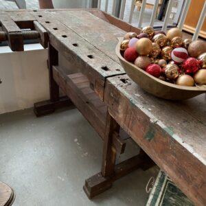 Mooie oude houten werkbank met schroef en opbergruimte
